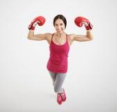 Mujer en guantes de boxeo rojos Fotos de archivo libres de regalías