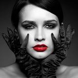 Mujer en guantes negros Fotos de archivo