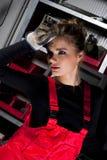 Mujer en guardapolvos rojos Fotos de archivo libres de regalías