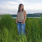 Mujer en hierba alta foto de archivo libre de regalías