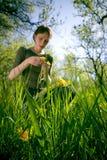 Mujer en hierba del verano Imagen de archivo libre de regalías