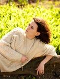Mujer en hierba verde del resorte Foto de archivo libre de regalías