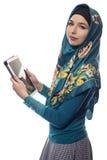 Mujer en Hijab usando una tableta foto de archivo libre de regalías