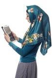 Mujer en Hijab usando una tableta foto de archivo