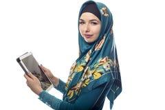 Mujer en Hijab usando una tableta fotografía de archivo libre de regalías