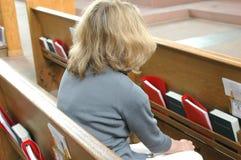 Mujer en iglesia Foto de archivo libre de regalías