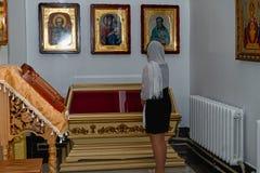 Mujer en iglesia ortodoxa imagenes de archivo