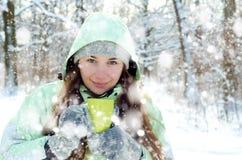 Mujer en invierno foto de archivo