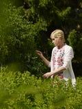 Mujer en jardín Fotografía de archivo