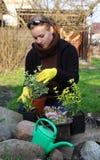 Mujer en jardín Fotos de archivo libres de regalías