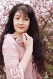 mujer en jardín de flores de la primavera Fotografía de archivo