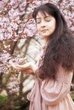 mujer en jardín de flores de la primavera Imagen de archivo libre de regalías