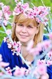 Mujer en jardín del flor del resorte Imagen de archivo libre de regalías