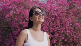 Mujer en jardín floreciente metrajes