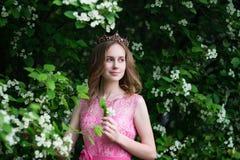 Mujer en jard?n floreciente del verano en el vestido rosado largo, al aire libre fotos de archivo libres de regalías