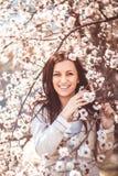 Mujer en jardín de la primavera Imagen de archivo libre de regalías