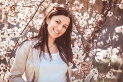 Mujer en jardín de la primavera Imagen de archivo