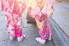 Mujer en kimonos japoneses tradicionales el día de fiesta y el caminar al templo Fotografía de archivo