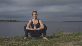 Mujer en la actitud clásica de la yoga, concentración de la energía metrajes