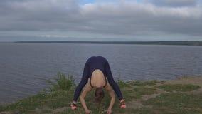 Mujer en la actitud clásica de la yoga, concentración de la energía almacen de metraje de vídeo
