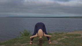 Mujer en la actitud clásica de la yoga, concentración de la energía almacen de video