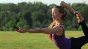 Mujer en la actitud de la yoga de la paloma almacen de video