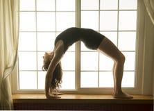 Mujer en la actitud del puente, posición de la yoga fotos de archivo libres de regalías
