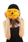 Mujer en la alineada negra que sostiene una linterna del gato-o' Imagenes de archivo