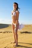Mujer en la arena Fotos de archivo