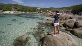 Mujer en la bahía Australia de Madfish almacen de metraje de vídeo