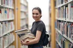 Mujer en la biblioteca Imagen de archivo libre de regalías