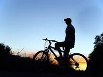 Mujer en la bici Foto de archivo libre de regalías