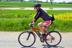 Mujer en la bici de montaña en verano Foto de archivo libre de regalías