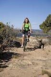 Mujer en la bici en rastro Imagen de archivo libre de regalías