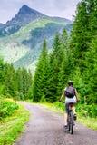 Mujer en la bici en las altas montañas de Tatras, Eslovaquia de MTB Fotos de archivo libres de regalías