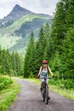 Mujer en la bici en las altas montañas de Tatras, Eslovaquia de MTB Imagen de archivo