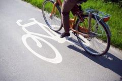 Mujer en la bici que completa un ciclo para trabajar Imágenes de archivo libres de regalías