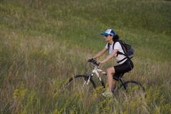 Mujer en la bicicleta Foto de archivo