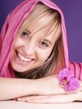 Mujer en la bufanda en el fondo púrpura Fotografía de archivo libre de regalías