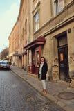 Mujer en la calle Imagen de archivo libre de regalías