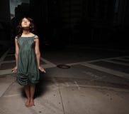 Mujer en la calle en la noche Imágenes de archivo libres de regalías