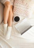 Mujer en la cama Imagenes de archivo