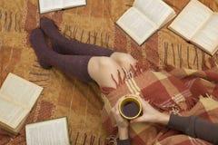Mujer en la cama con el libro viejo y la taza de café en manos, punto de visión superior Copie el espacio para el texto Foto suav Fotos de archivo