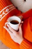 Mujer en la cama con la taza de té Fotografía de archivo libre de regalías