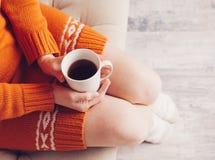 Mujer en la cama con la taza de té Fotografía de archivo