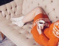 Mujer en la cama con la taza de té Imágenes de archivo libres de regalías