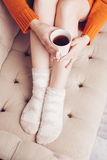 Mujer en la cama con la taza de té Foto de archivo