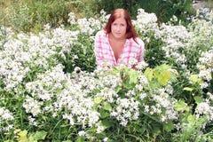 Mujer en la cama de flores Fotografía de archivo libre de regalías