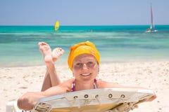 Mujer en la cama de la playa Imagen de archivo libre de regalías