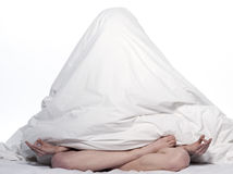 Mujer en la cama que despierta Fotos de archivo libres de regalías